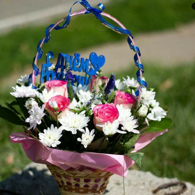 Корзина из роз и хризантем